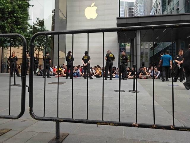 Sợ người Việt làm mất trật tự, Apple Store ở Singapore liên tục cảnh báo - 11