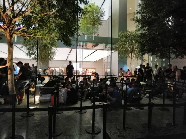 """Người Việt xếp hàng mua iPhone ở Singapore bị """"hành"""" trong cơn mưa lớn - 4"""