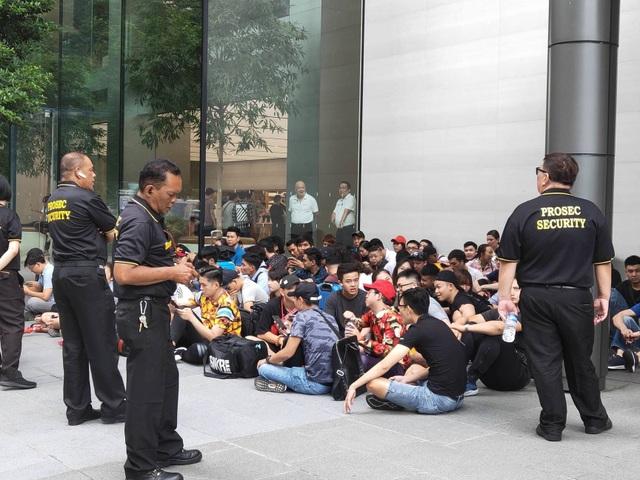 Sợ người Việt làm mất trật tự, Apple Store ở Singapore liên tục cảnh báo - 10