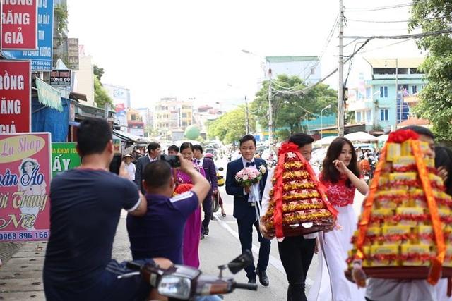 Khoảng 11h giờ, chú rể Triệu Hoa Cương mặc vest bảnh bao, dẫn đầu đoàn rước dâu đến nhà gái.