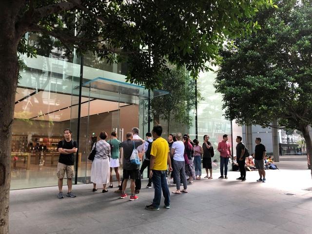 Sợ người Việt làm mất trật tự, Apple Store ở Singapore liên tục cảnh báo - 1