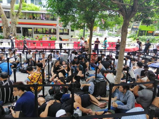 Dân buôn Việt Nam nằm la liệt, đói lả trước cửa hàng Apple Store ở Singapore - 8