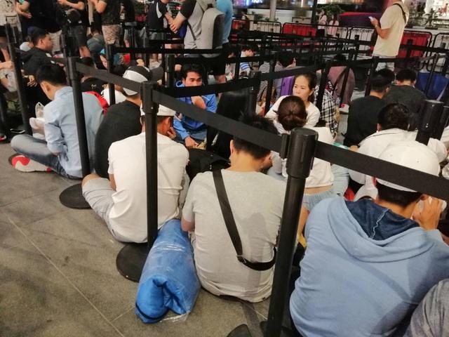 """Người Việt xếp hàng mua iPhone ở Singapore bị """"hành"""" trong cơn mưa lớn - 8"""