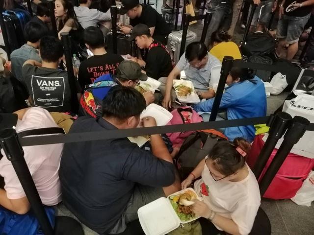 """Người Việt xếp hàng mua iPhone ở Singapore bị """"hành"""" trong cơn mưa lớn - 7"""