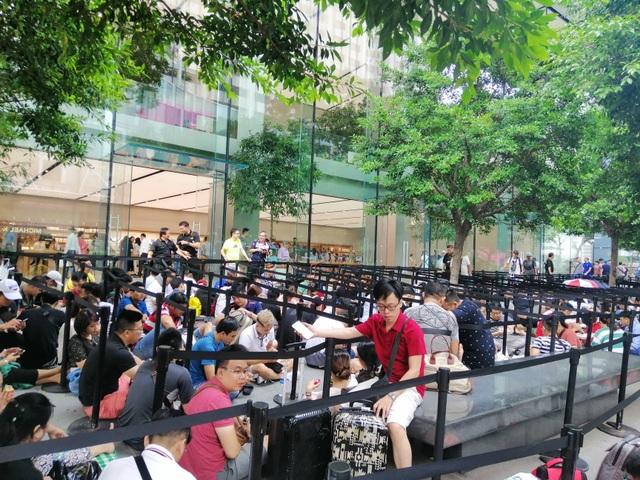 Dân buôn Việt Nam nằm la liệt, đói lả trước cửa hàng Apple Store ở Singapore - 2