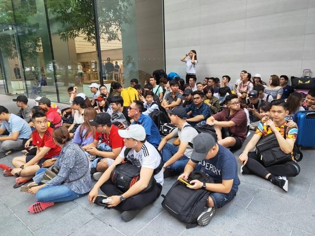 Sợ người Việt làm mất trật tự, Apple Store ở Singapore liên tục cảnh báo - 2