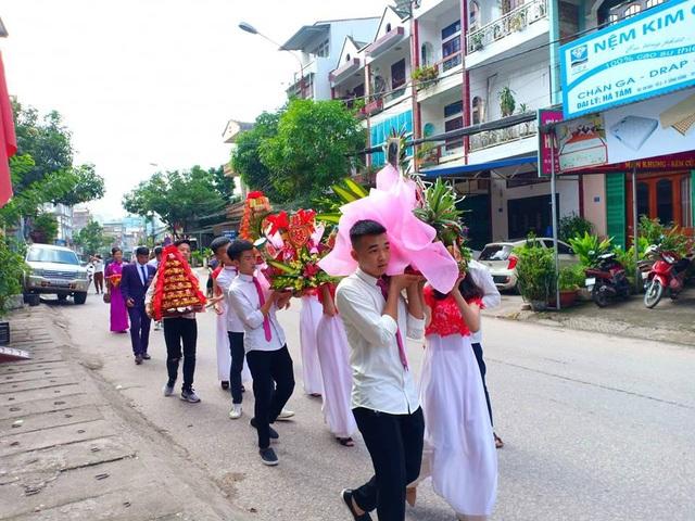 Đám cưới cặp đôi Lê Thị Thu Sao (61 tuổi) và chú rể Triệu Hoa Cương (26 tuổi) được tổ chức tại Cao Bằng nhận được sự chú ý đặc biệt của dư luận. Đây có lẽ là đám cưới đặc biệt, chuyện tình kỳ lạ nhất từ trước đến nay. Thời điểm tổ chức hôn lễ, cô dâu đã bước sang tuổi 61 còn chú rể mới 26 tuổi.