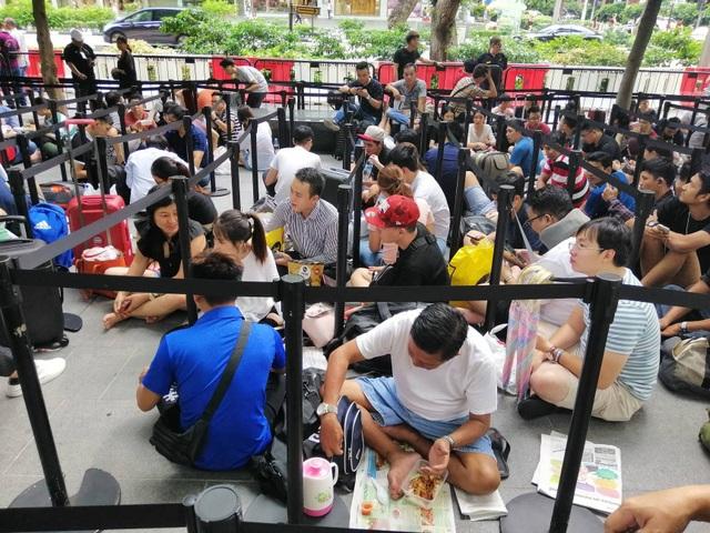 Dân buôn Việt Nam nằm la liệt, đói lả trước cửa hàng Apple Store ở Singapore - 6