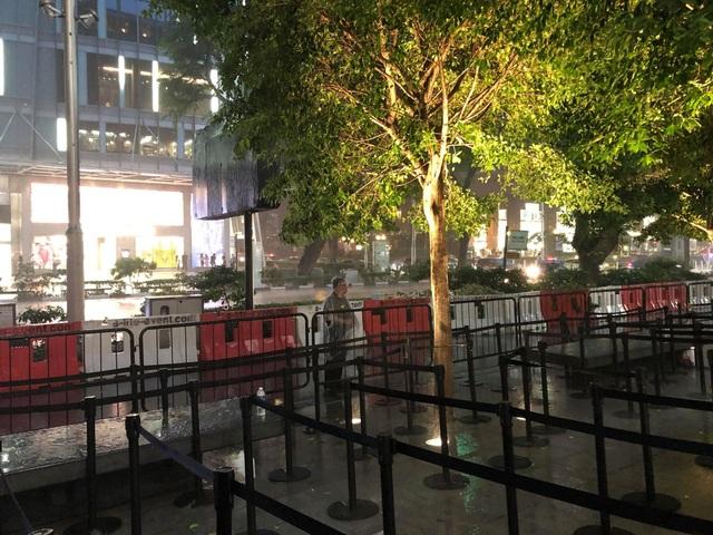 """Người Việt xếp hàng mua iPhone ở Singapore bị """"hành"""" trong cơn mưa lớn - 1"""