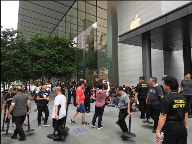 Sợ người Việt làm mất trật tự, Apple Store ở Singapore liên tục cảnh báo - 5