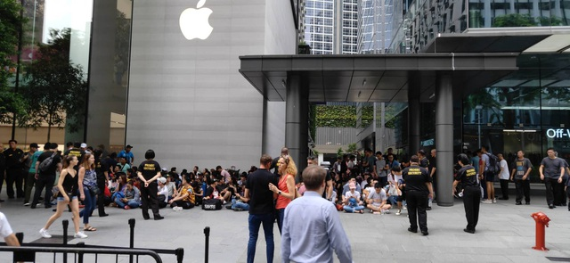 Dân buôn Việt Nam nằm la liệt, đói lả trước cửa hàng Apple Store ở Singapore - 10