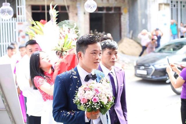Khuôn mặt chú rể không giấu nổi căng thẳng, hồi hộp. Đám cưới của cặp đôi sẽ được tổ chức theo cả nghi thức cưới hiện đại và phong tục truyền thống của người dân tộc Dao.