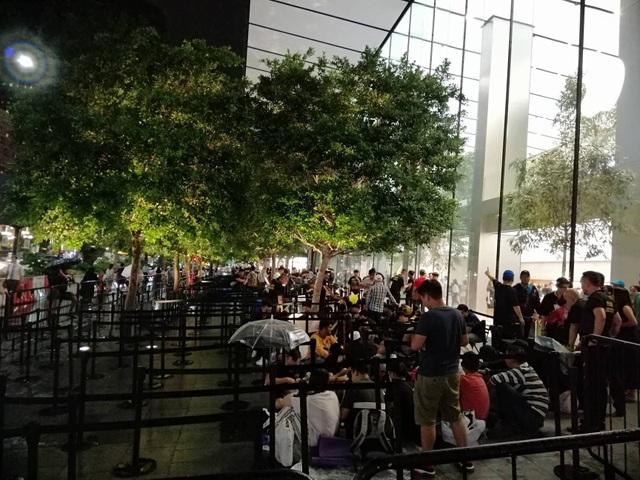 """Người Việt xếp hàng mua iPhone ở Singapore bị """"hành"""" trong cơn mưa lớn - 5"""