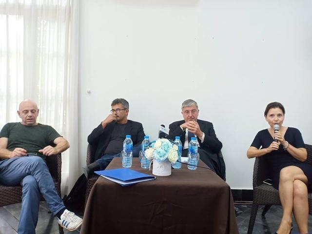 Đạo diễn Paolo Genovese (đeo kính) cùng Đại sứ quán Italia trong buổi họp báo sáng 20/9 tại Hà Nội. Ảnh: Tùng Long.