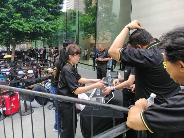 Dân buôn Việt Nam nằm la liệt, đói lả trước cửa hàng Apple Store ở Singapore - 4