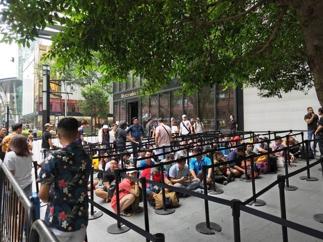 Sợ người Việt làm mất trật tự, Apple Store ở Singapore liên tục cảnh báo - 13