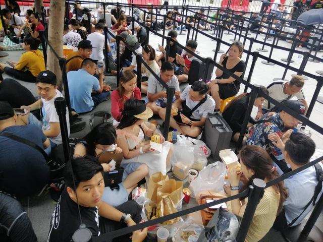 Dân buôn Việt Nam nằm la liệt, đói lả trước cửa hàng Apple Store ở Singapore - 7