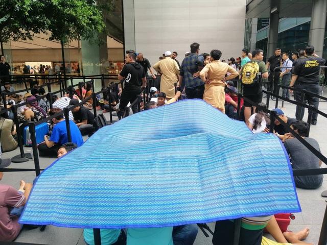 Dân buôn Việt Nam nằm la liệt, đói lả trước cửa hàng Apple Store ở Singapore - 9