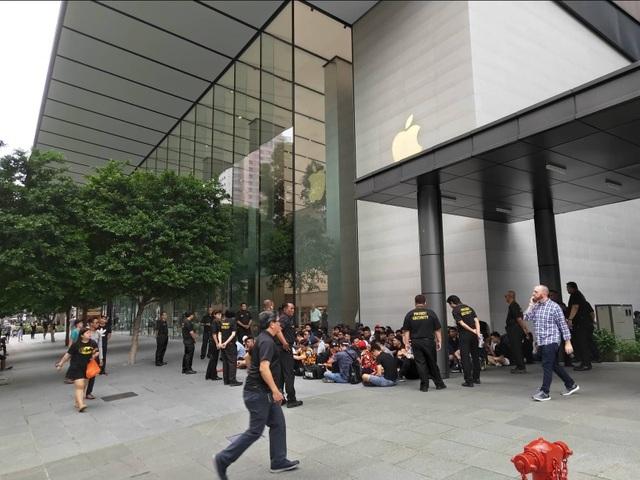 Sợ người Việt làm mất trật tự, Apple Store ở Singapore liên tục cảnh báo - 4