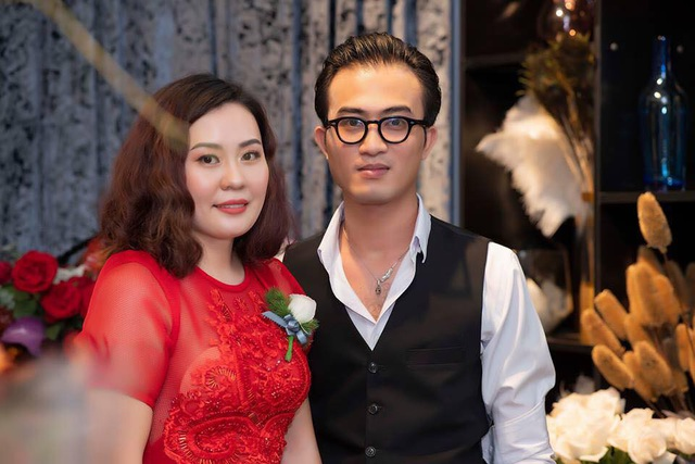 Tối 19/9, tham gia một sự kiện giải trí ở Hà Nội, Kim Oanh Phan hội ngộ dàn sao như: Vân Dung, Quang Thắng, Công Lý và cặp đôi của bộ phim Quỳnh búp bê - Doãn Quốc Đam và Thu Quỳnh. Kim Oanh Phan xuất hiện rạng rỡ trong chiếc đầm đỏ của NTK Hà Duy. Đây cũng là dịp hiếm hoi cô xuất hiện tại sự kiện giải trí.