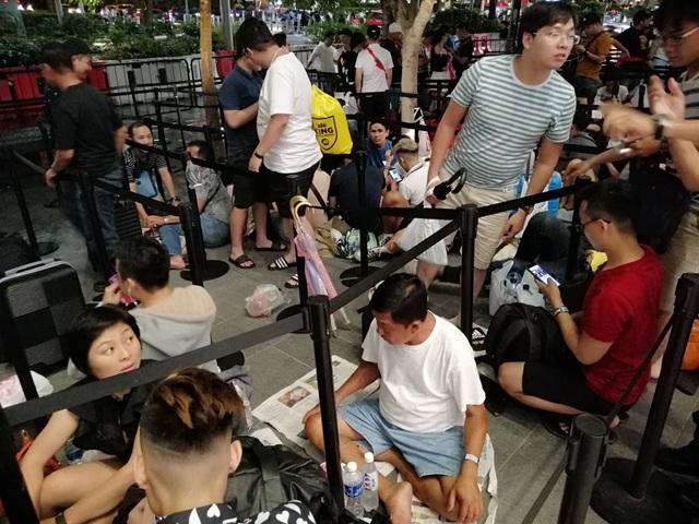 """Người Việt xếp hàng mua iPhone ở Singapore bị """"hành"""" trong cơn mưa lớn - 6"""