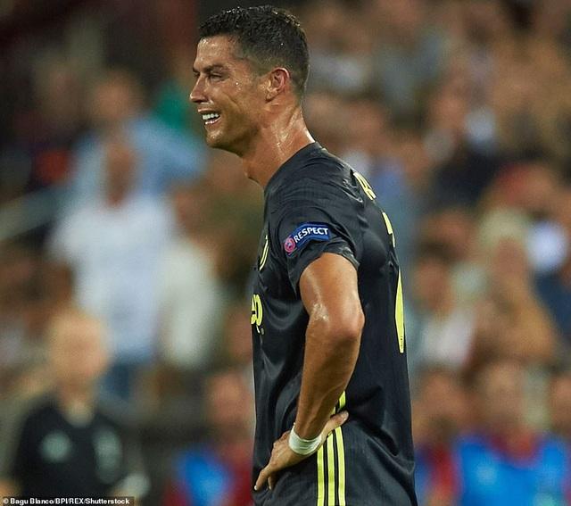 C.Ronaldo ấm ức sau khi phải nhận thẻ đỏ