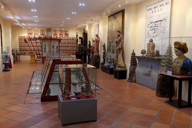 2 gian phòng bên trong nhà truyền thống lưu giữ khoảng 2.000 cổ vật của Việt Nam và thế giới.