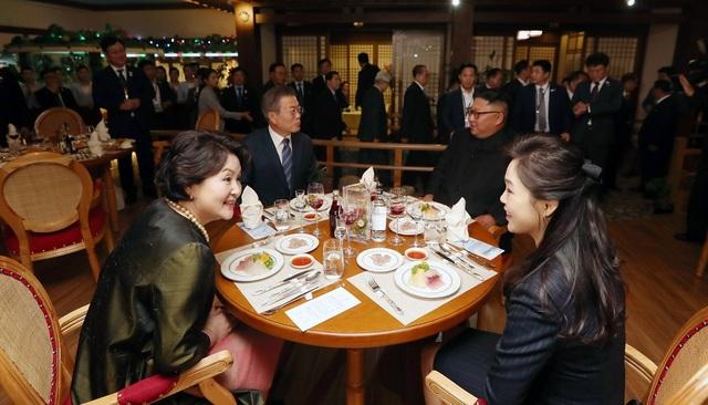 Ông Moon, ông Kim và 2 phu nhân dùng bữa tại nhà hàng hải sản gần sông Taedong (Ảnh: JPC)