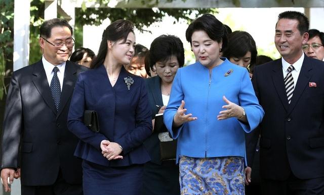 Tình cảm nồng ấm của 2 Đệ nhất Phu nhân Hàn-Triều cũng là điểm sáng trong Hội nghị Thượng đỉnh lần này. (Ảnh: JPC)