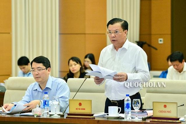 Bộ trưởng Tài chính Đinh Tiến Dũng trình đề xuất điều chỉnh thuế môi trường với xăng, dầu trước UB Thường vụ Quốc hội (ảnh: Quochoi.vn)