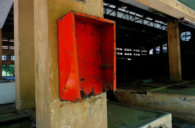 Hệ thống vòi cứu hóa đã bị tháo đi mất, chỉ còn trơ hộp sắt bên ngoài.