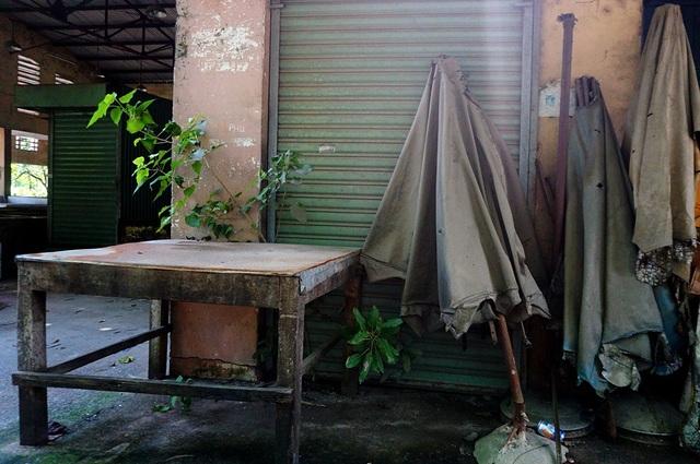 Các vật dụng như bàn, những cây dù hư hỏng nặng.