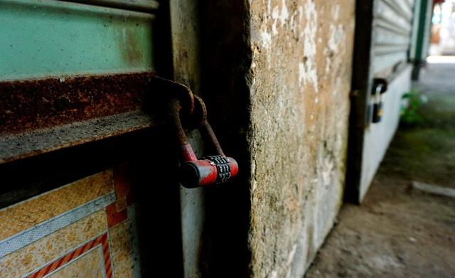 Những chiếc ổ khóa ở các ki-ốt đã gỉ sét.