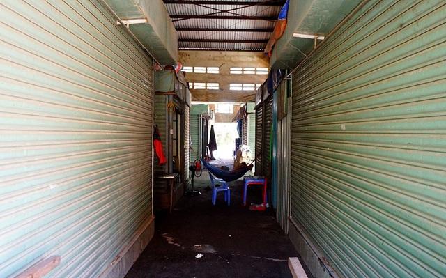 Các ki-ốt đóng cửa im lìm, chỉ còn bảo vệ luôn ở trong chợ để đảm bảo trật tự.