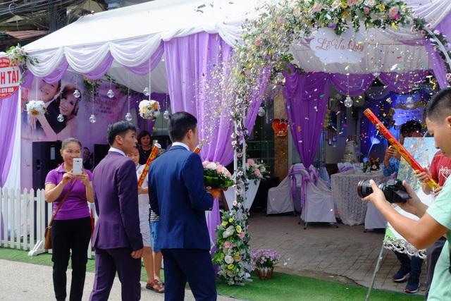 Rất đông người dân ở thành phố Cao Bằng dù không được mời cũng đến tham dự ngày vui, reo hò khi thấy chú rể trẻ tuổi xuất hiện.