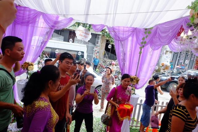 Ngay từ sáng sớm ngày 20/9, tại nhà gái cô dâu Thu Sao ở thành phố Cao Bằng, đông đảo người thân và bạn bè đã có mặt để chúc phúc cho cặp đôi. Cô dâu 61 tuổi được trang điểm cẩn thận, mặc bộ áo dài màu đỏ, cười rạng rỡ, trông trẻ hơn nhiều so với tuổi của mình.