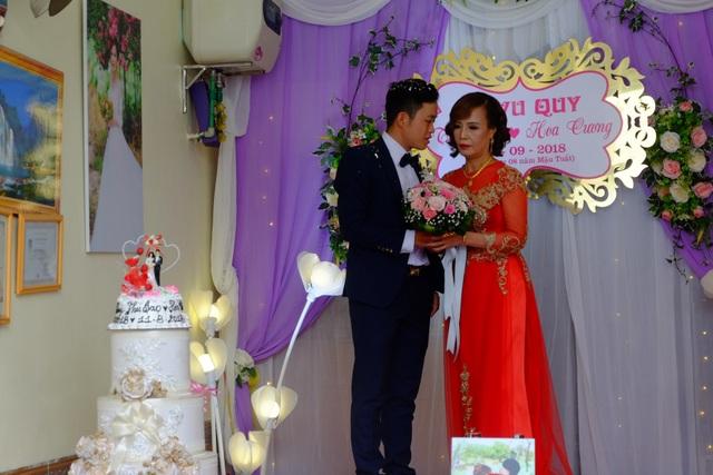 Chị Lê Thị Thu Sao quen người chồng hiện tại từ cuối năm 2017, khi anh đến điều trị mụn tại spa do chị làm chủ ở thành phố Cao Bằng. Quen nhau được 2 tháng, anh Cương chủ động ngỏ lời yêu với chị Sao. Cặp đôi sau đó đăng ký kết hôn vào tháng 5/2018 và quyết định tổ chức hôn lễ vào tháng 9 năm nay.