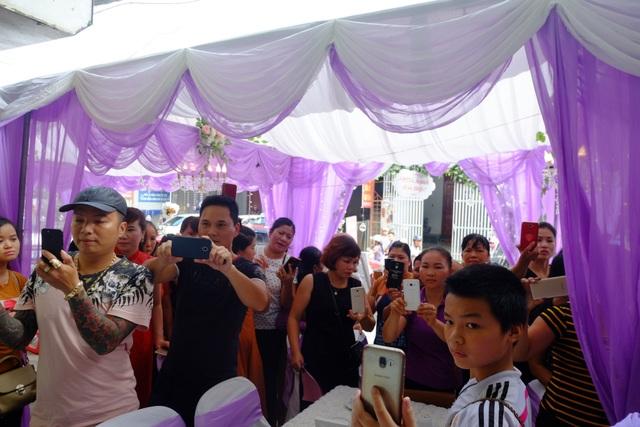 Rất nhiều người dân xung quanh hiếu kỳ đến tham gia đám cưới đặc biệt