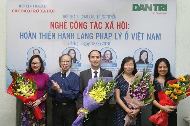 Tổng Biên tập Báo điện tử Dân trí Phạm Huy Hoàn (thứ 2, từ trái sang) tặng hoa tới các khách mời dự Hội thảo - giao lưu trực tuyến.