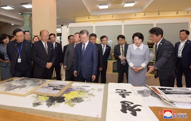 Tổng thống Moon Jae-in và phu nhân tới thăm Xưởng Nghệ thuật Mansudae ở Bình Nhưỡng (Ảnh: Reuters)
