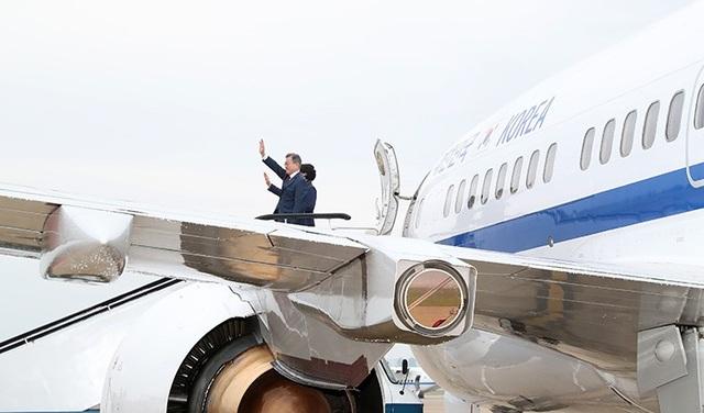 Tổng thống Hàn Quốc Moon Jae-in và phu nhân vẫy chào từ trên chuyên cơ trước khi di chuyển tới khu vực núi Paekdu. (Ảnh: Korea Times)