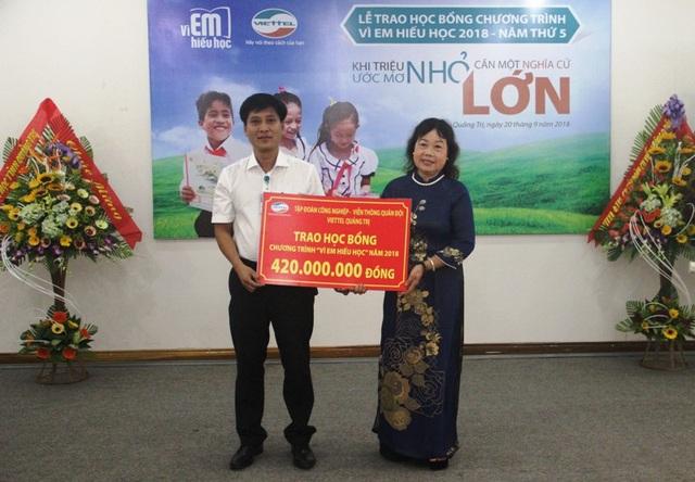 Đại diện Viettel Quảng Trị trao hỗ trợ tượng trưng cho Hội Khuyến học