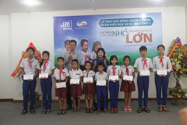 Lãnh đạo Hội Khuyến học và chính quyền trao học bổng cho học sinh