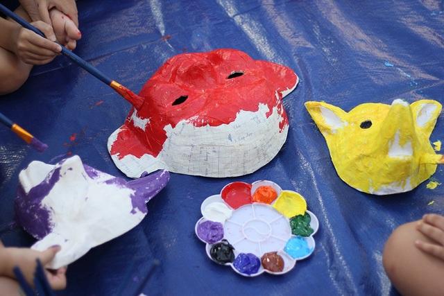 Qua bàn tay của các em nhỏ, những chiếc mặt nạ giấy bồi được tái hiện lại rất sinh động với những gam màu sắc khác nhau.
