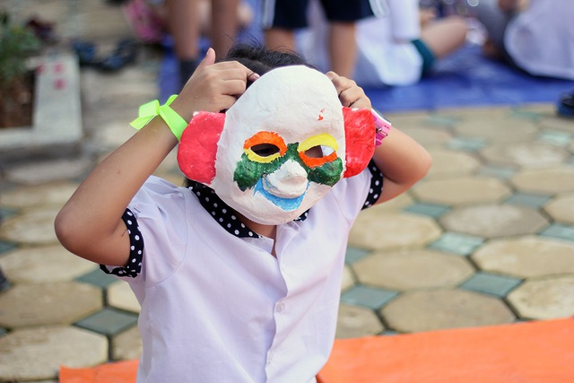 Những chiếc mặt nạ bồi chú tễu, mặt nạ ông địa... mang màu sắc hoàn toàn khác biệt từ chính đôi tay của các hoạ sĩ nhí.