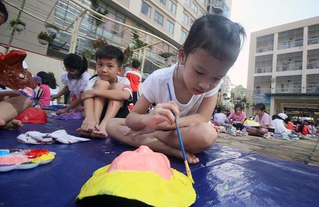 Các em nhỏ được học cách bồi mặt nạ, cách sử dụng bút lông, lấy màu... Các em cũng có thể tự do tô màu theo sáng tạo riêng để hoàn thiện sản phẩm theo ý thích.