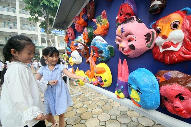 Chương trình mang tên Trung thu sắc màu truyền thống do một nhóm học sinh trường THPT Chuyên Hà Nội Amsterdam lên ý tưởng và thực hiện nhằm giới thiệu cách món đồ chơi truyền thống này tới các em học sinh tiểu học.