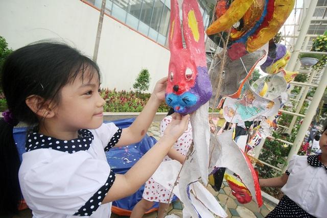 Sau khi được sáng tạo với những màu sắc khác nhau, tự tay các em nhỏ sẽ treo những chiếc mặt nạ giấy bồi để khô màu.