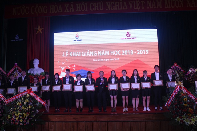 Trao học bổng cho sinh viên xuất sắc trong buổi lễ khai giảng của trường Đại học Yersin Đà Lạt