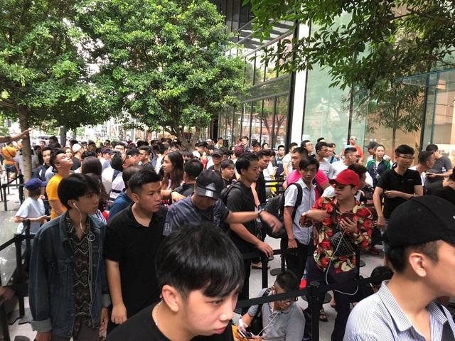 Sợ người Việt làm mất trật tự, Apple Store ở Singapore liên tục cảnh báo - 15